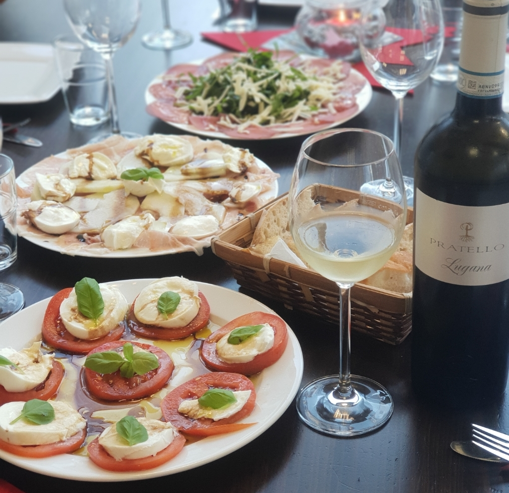 ESSEN und TRINKEN - Warme und kalte Speisen - (aktuell nur zum Mitnehmen) zum Beispiel: Tapas, Salate, belegte Brote, Nudelgerichte, Wein, Kaffee..